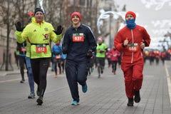 Läufer auf traditionellem Vilnius-Weihnachtsrennen stockbilder