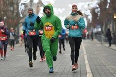 Läufer auf traditionellem Vilnius-Weihnachtsrennen lizenzfreies stockfoto