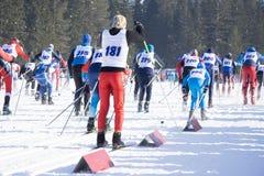 Läufer bereiten sich für den Marathon vor Athleten stehen am Anfang, wärmen und warten auf die Pfeife auf, um den Wettbewerb zu b stockbilder