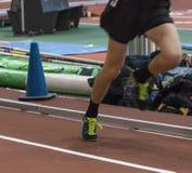 Läufer, der auf seine Zehe beschleunigt hinunter die Bahn aufsteht lizenzfreie stockfotografie