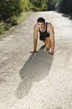 Läufer, der in der Straße sich wärmt Stockbilder