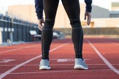 Läufer, der hinunter die Bahn schaut lizenzfreie stockfotografie