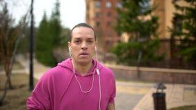 Läufer, der intelligenten Uhrtimer und -betrieb beginnt Mann, der Herzfrequenzmonitor bevor dem Rütteln überprüft stock video
