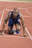 Läufer, der am Startblock wartet Lizenzfreie Stockbilder