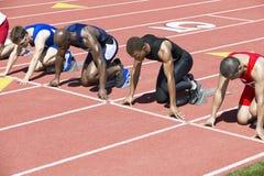 Läufer, die an den Startblöcken warten Lizenzfreies Stockbild
