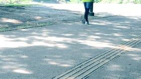 Läufer, die die Straße laufen lassen stock footage