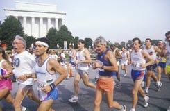 Läufer, die durch Lincoln Memorial, Washington Memorial, Washington, D gehen C Stockbilder