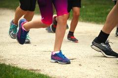Läufer, die in einem Rennen konkurrieren Lizenzfreie Stockbilder