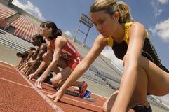 Läufer, die fertig werden, das Rennen zu beginnen Stockbilder