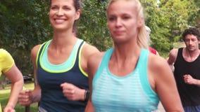 Läufer, die im Marathon laufen stock video footage