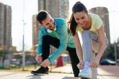 Läufer, die Laufschuhe binden und fertig werden zu laufen stockbilder