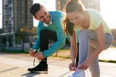 Läufer, die Laufschuhe binden und fertig werden zu laufen lizenzfreie stockfotografie