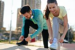 Läufer, die Laufschuhe binden und fertig werden zu laufen stockfotos