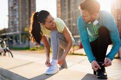 Läufer, die Laufschuhe binden und fertig werden zu laufen lizenzfreies stockfoto
