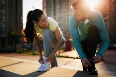 Läufer, die Laufschuhe binden und fertig werden zu laufen lizenzfreie stockbilder