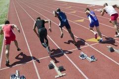 Läufer, die Rennen auf Rennbahn beginnen Stockbild