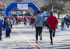 Läufer, die zur Ziellinie vorangehen stockbilder