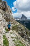 Läufer genießt Natur - Läufer von der Front Stockfotografie