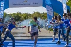 Läufer gespritzt mit blauem Pulver Stockfoto
