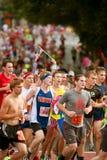 Läufer hält kleine amerikanische Flagge in Atlanta-Straßenrennen Stockbilder