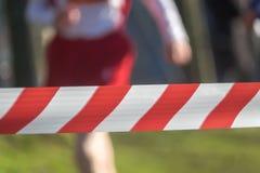 Läufer hinter einer Sperre in einem Rennen stockbilder