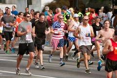 Läufer kleidete in den Sternen u. in den Streifen-Läufen in Atlanta-Rennen an Lizenzfreie Stockfotos