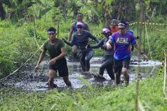 Läufer kreuzen Muddy Track