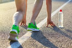 Läufer-Mann-Füße, die auf Straßennahaufnahme auf Schuh laufen stockfoto