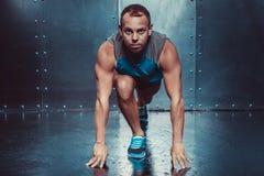 Läufer, muskulöser Mann des Sportlers in einer Position von Bereitschaft, Sport, Lauf Lizenzfreies Stockbild