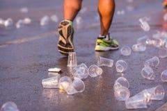 Läufer nehmen ein Wasser in einem Marathonlauf Stockfotos