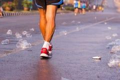 Läufer nehmen ein Wasser in einem Marathonlauf Lizenzfreie Stockfotografie