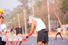 Läufer nehmen ein Wasser in einem Marathonlauf Stockbild