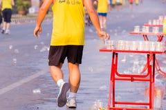 Läufer nehmen ein Wasser in einem Marathonlauf Lizenzfreie Stockbilder