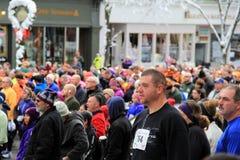 Läufer und Wanderer, wartend an der Anfangszeile jährlichen Christopher Dailey Turkey Trot, Saratoga Springs, New York, 2014 Lizenzfreie Stockfotos