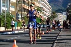 Läufer von den verschiedenen Teams konkurrieren stockbilder