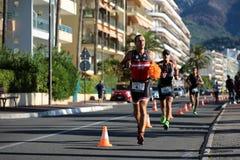 Läufer voran mit roter Perücke Lizenzfreies Stockfoto