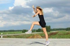 Läuferathlet, der auf Straße läuft Wellnesskonzept Training des Fraueneignungssonnenaufgangs rüttelndes Lizenzfreie Stockbilder