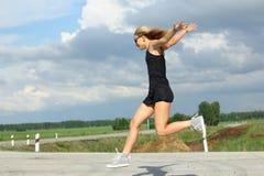 Läuferathlet, der auf Straße läuft Wellnesskonzept Training des Fraueneignungssonnenaufgangs rüttelndes Lizenzfreie Stockfotografie