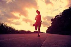 Läuferathlet, der an der Küstenstraße läuft Lizenzfreie Stockfotos