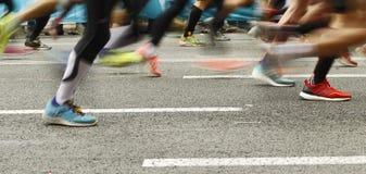Läuferfüße auf der Straße in der Unschärfe winken zu stockfoto