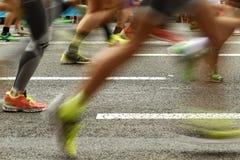 Läuferfüße auf der Straße in der Unschärfe winken zu stockbild