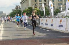 Läuferfrau an der Ziellinie lizenzfreie stockfotos