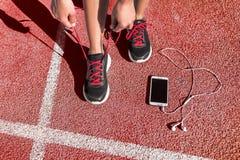 Läuferfrau, die fertig wird, auf Laufbahn zu laufen lizenzfreie stockbilder