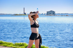 Läuferfrau, die nach dem Training im Freien sich entspannt Stockfoto
