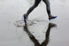 Läuferfrau, die in Park im Regen läuft Rüttelndes Training für m lizenzfreies stockbild
