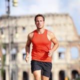 Läufermann, der an Rom-Marathon nahe Colosseum läuft Lizenzfreie Stockfotos