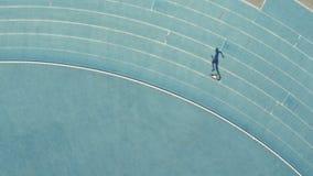 Läufertraining auf Rennstrecke stock video
