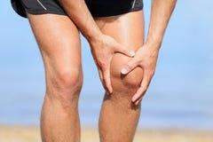 Läuferverletzung - bemannen Sie Betrieb mit den Knieschmerz Lizenzfreie Stockfotografie