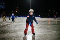 läuft jähriges childl 10 auf das Eis am Abend auf einem illumi eis Lizenzfreies Stockfoto