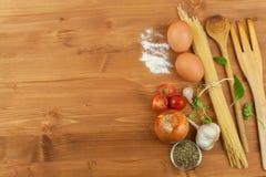 Läxapastafoods Ingredienser för att laga mat, fördelade ut på köksbordet traditionell matitalienare Arkivfoton